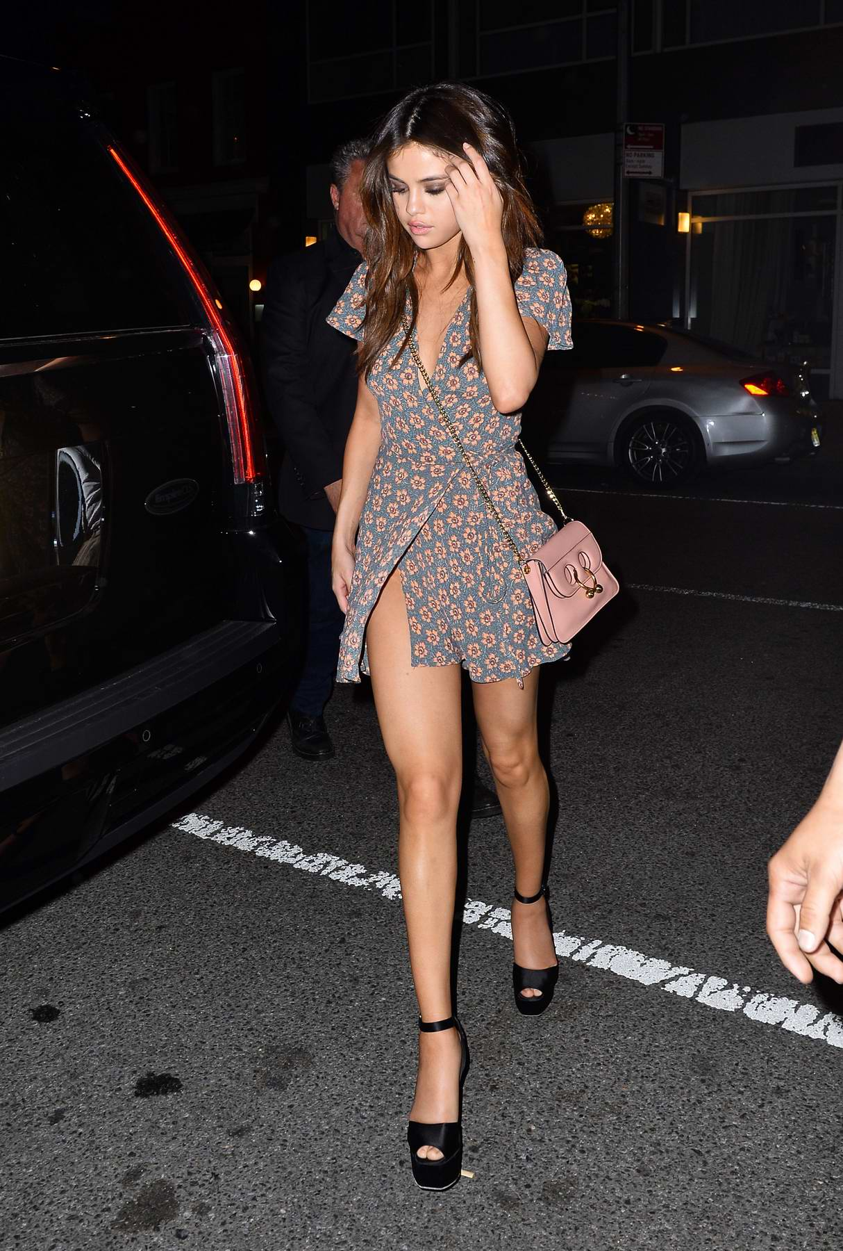 Selena Gomez Out In A Fl Dress For Dinner At The Park Side Restaurant Queens New York